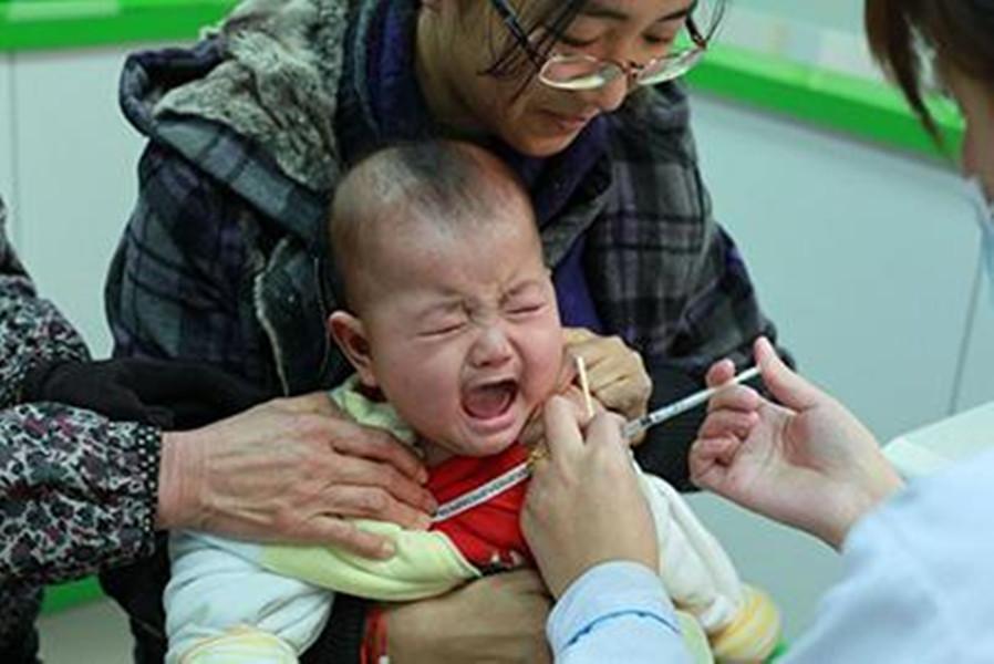 调皮宝爸带娃打预防针,出门后用手戳孩子手臂,孩子大哭模式启动