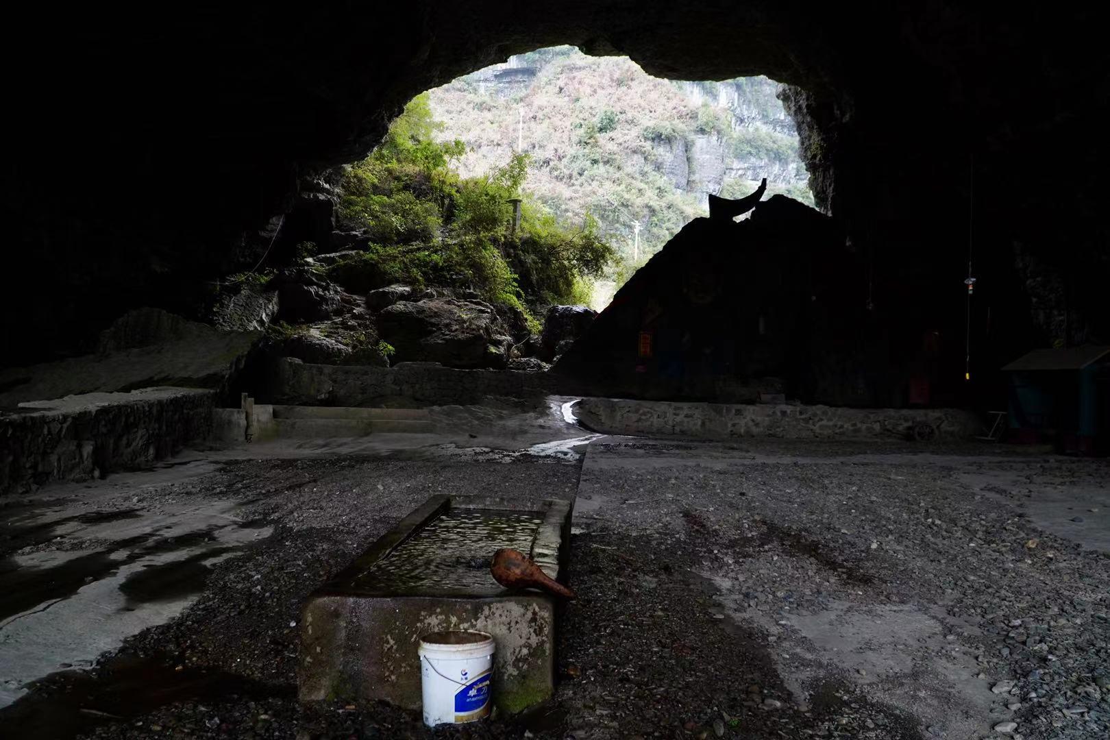 贵州65岁老人隐居山洞17年,花费500万,打造了个世外桃源
