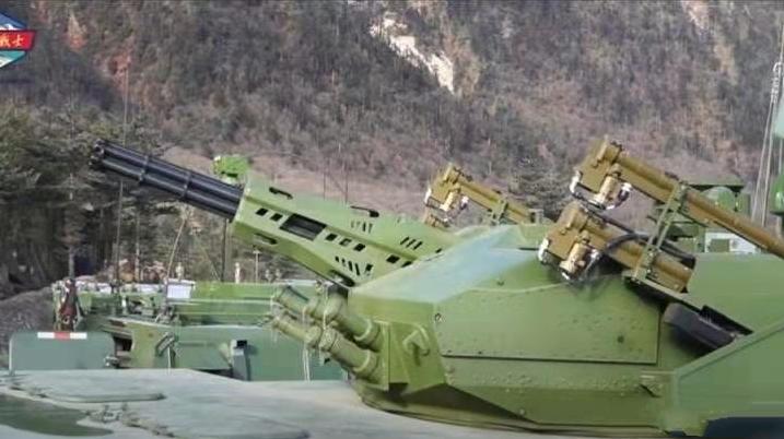 解放军新装备亮相高原,6根黝黑炮管火力凶残,可针对印度阿帕奇