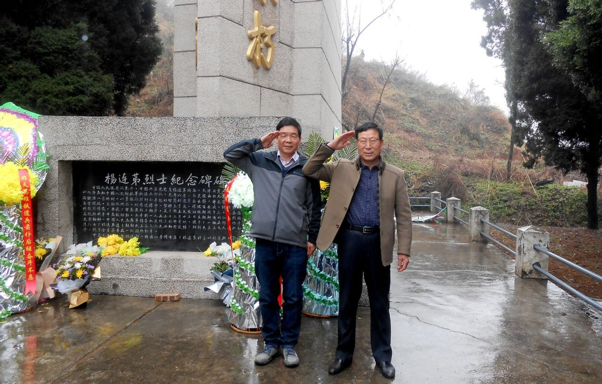 铁道兵退役军人军礼致敬在杨连第烈士纪念碑前,王长江 王密成