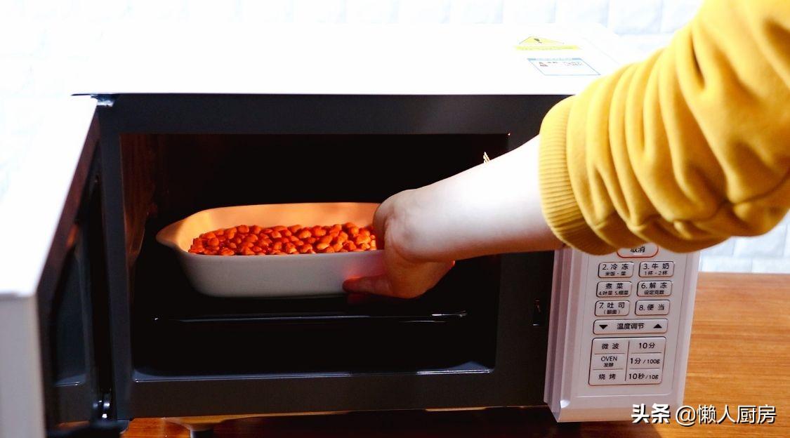 原來用微波爐也能做花生米,撒點鹽倒入水,這是鹽焗花生米的做法