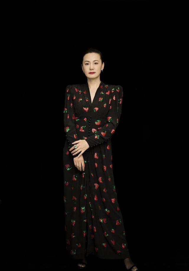 咏梅长得是不好看,但同一件碎花裙,明显比陈妍希穿得有气质多了