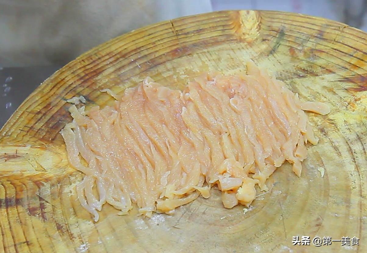 鸡胸肉怎么做才好吃,大厨教你做麻辣鸡丝,鸡丝嫩滑,麻辣鲜香 美食做法 第2张