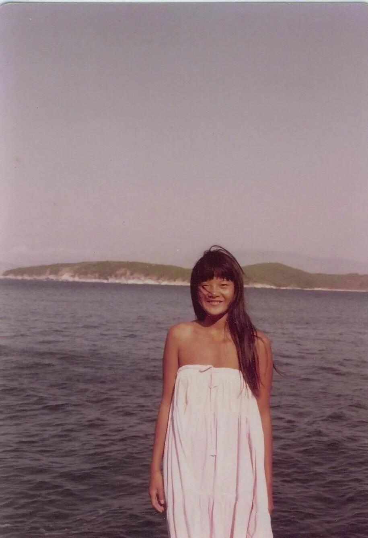 陈凯歌59岁前妻曝旧照,超模气质长裙露肩,如今确身材大走样