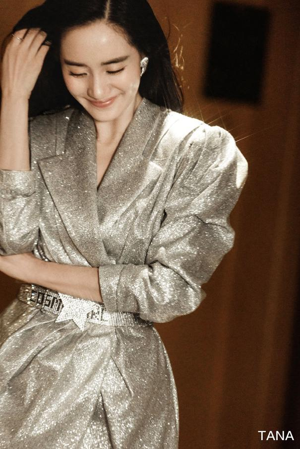 王智亮相节目美如少女,亮钻裙搭配反光高跟鞋,笑容甜美好优雅
