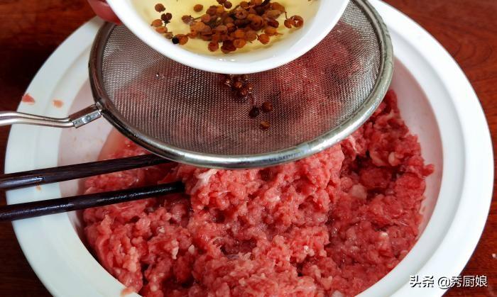 """调牛肉饺子馅,牢记""""3不放""""的窍门,牛肉鲜嫩不腥,咬一口爆汁 美食做法 第4张"""