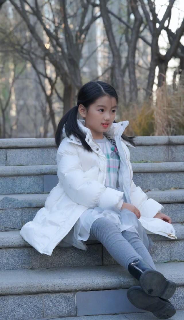 阿拉蕾近照,小胖妞出落成大姑娘了,长高变美越来越有明星范儿了