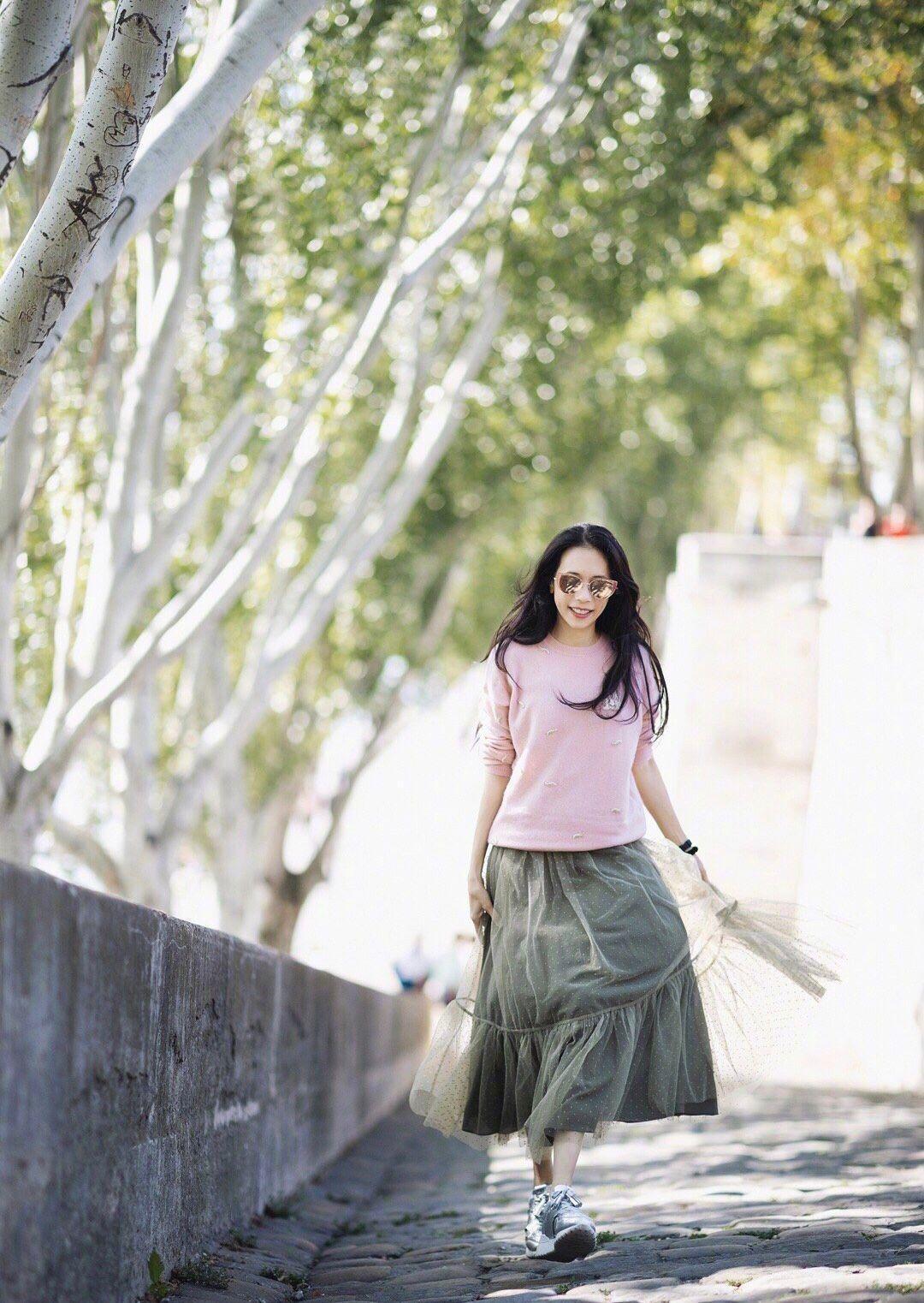 莫文蔚粉色毛衣配半身裙去旅游,街拍状态极好,49岁少女感爆棚