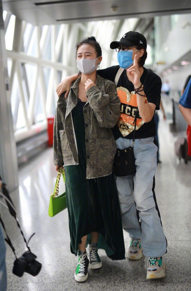 马思纯瘦10斤后走机场,穿印花夹克时髦大方,果然减肥等于整容