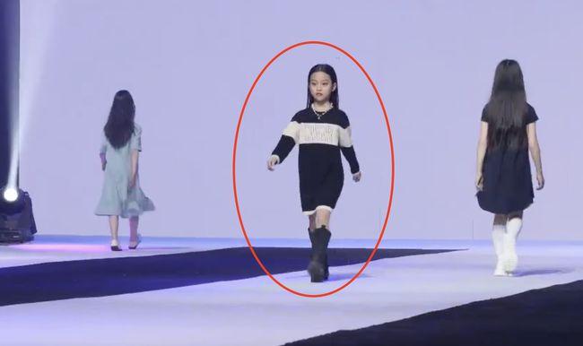 国民闺女甜馨首次T台走秀超有范 李小璐化身观众尽显母爱