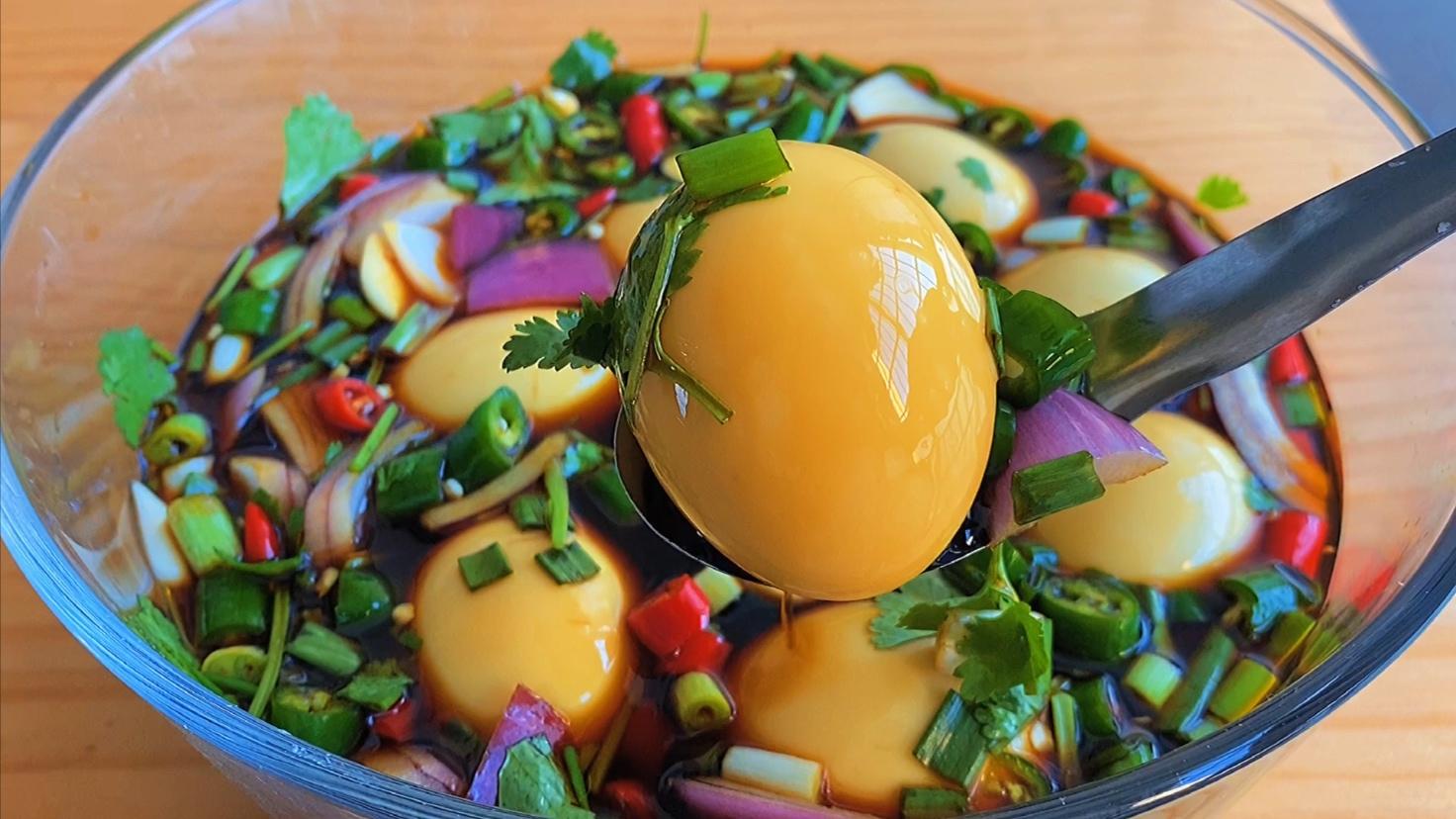 煮鸡蛋时,别直接下锅煮,老保姆教我一招,鸡蛋不会裂,特好剥皮