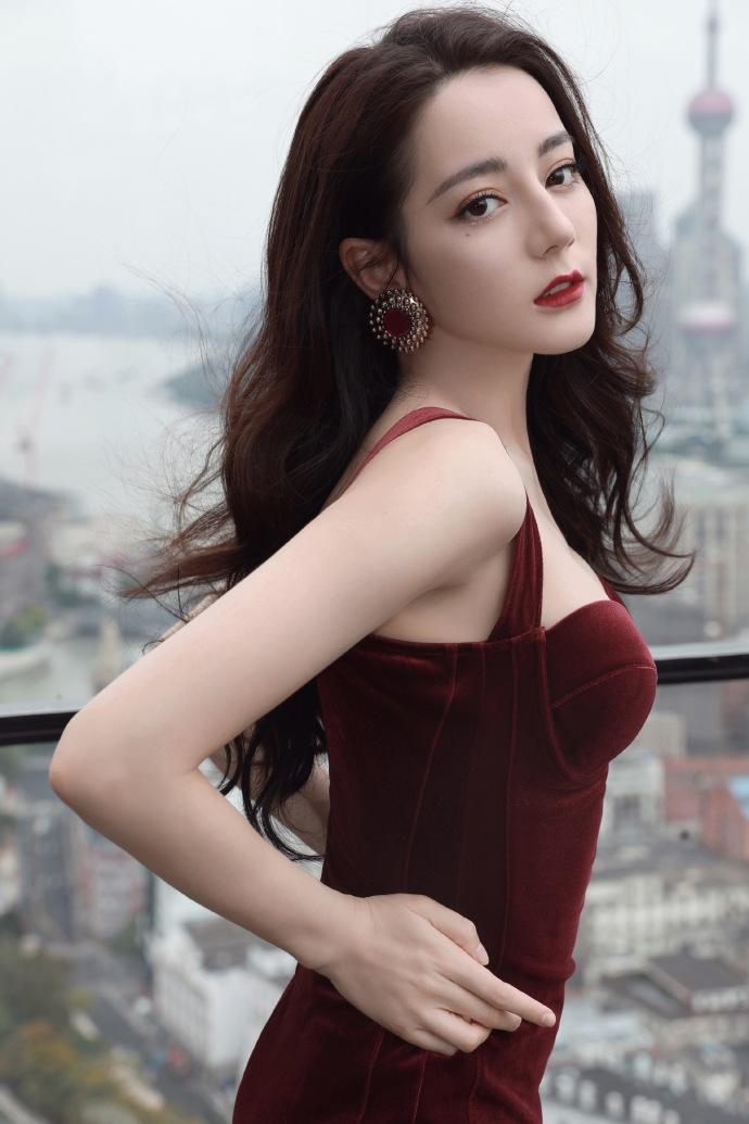 名门泽佳:迪丽热巴身材太绝了,一袭酒红色丝绒裙效果魅力十足