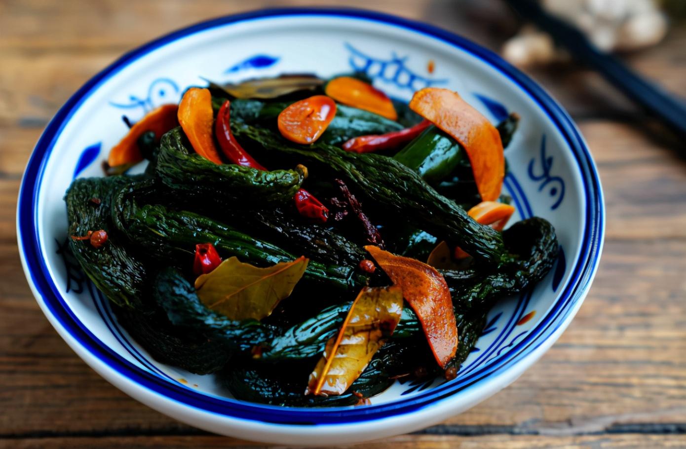 天热了,用这个方法腌黄瓜,脆嫩爽口,一次腌10斤不够吃 美食做法 第7张