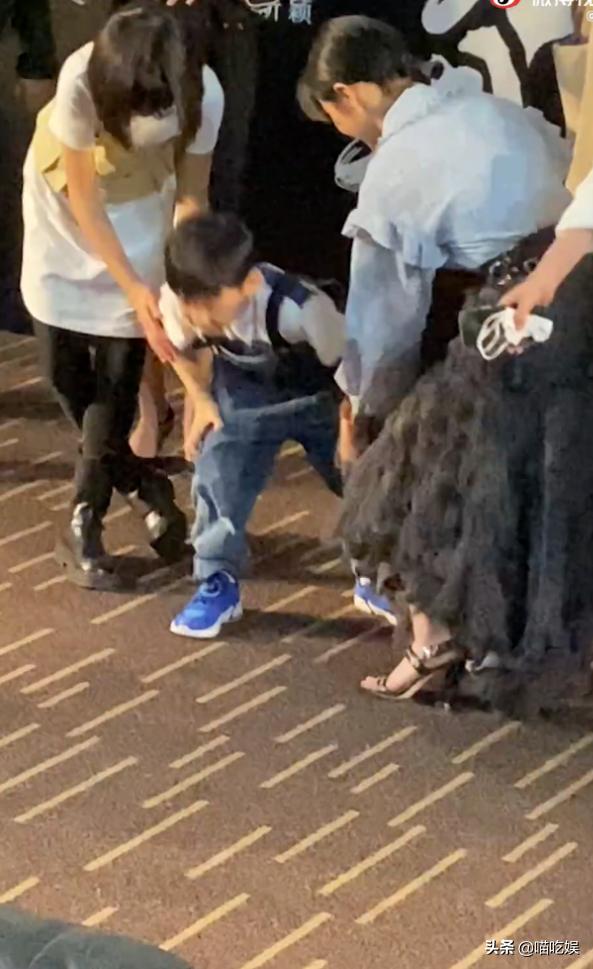 张子枫蹲下和小演员跪着合影,被一把拽回:幕后镜头撒不了谎