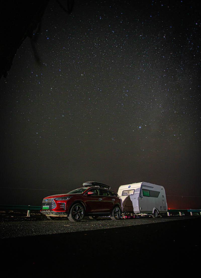 在新疆荒野旅行彻底没油了,告诉你比亚迪唐拖房车真实油耗