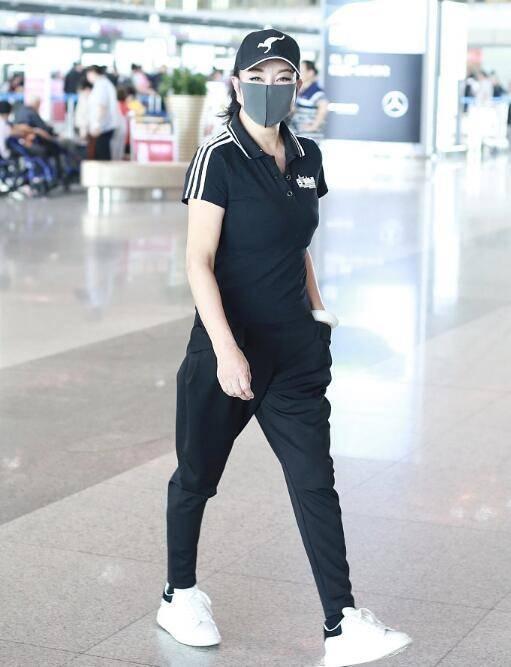 刘晓庆与张纪中同框,穿运动服状态真好,气质不输他小31岁娇妻