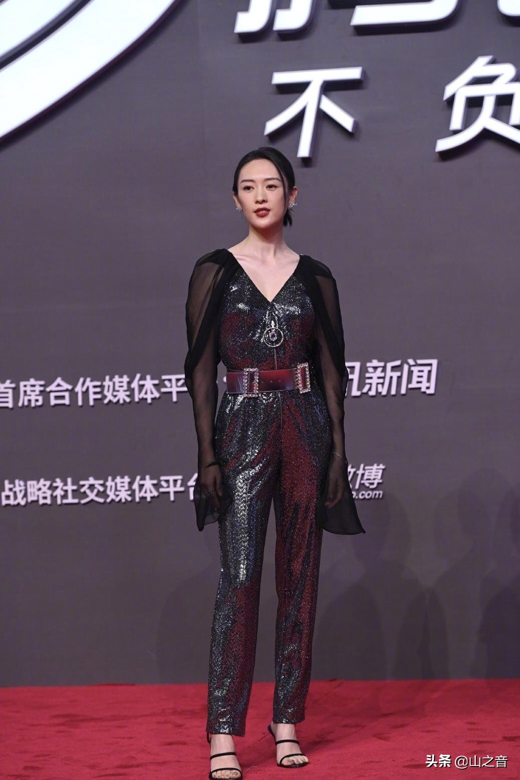 腾讯发布会女星走红毯争奇斗艳,网友:江疏影就是来搞笑的