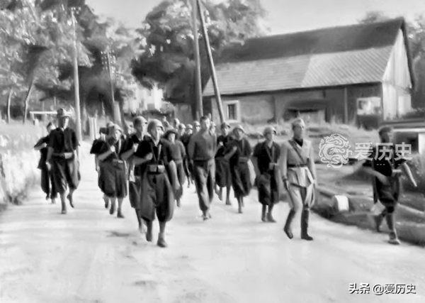 老照片:二战时投靠侵略者的斯洛文尼亚伪军杀害游击队员全过程