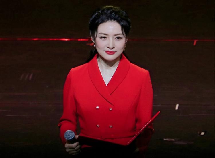 """周涛离开央视回家乡主持,穿中国红西装裙秀身材,""""花瓶腰""""抢镜"""