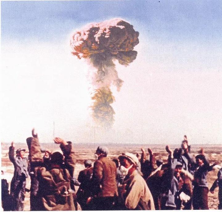 生死抉择,我国首枚实战氢弹投掷失败,飞行员:与氢弹共存亡