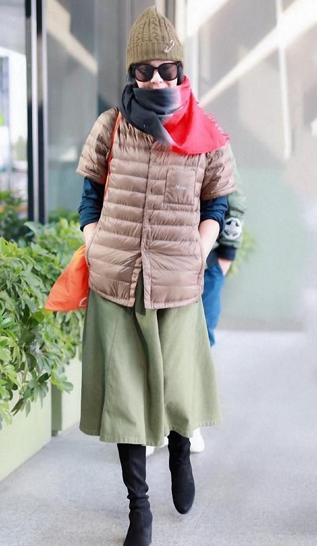51岁刘若英不一般,黑色羽绒服穿出文艺范,用帽子来提亮更时髦