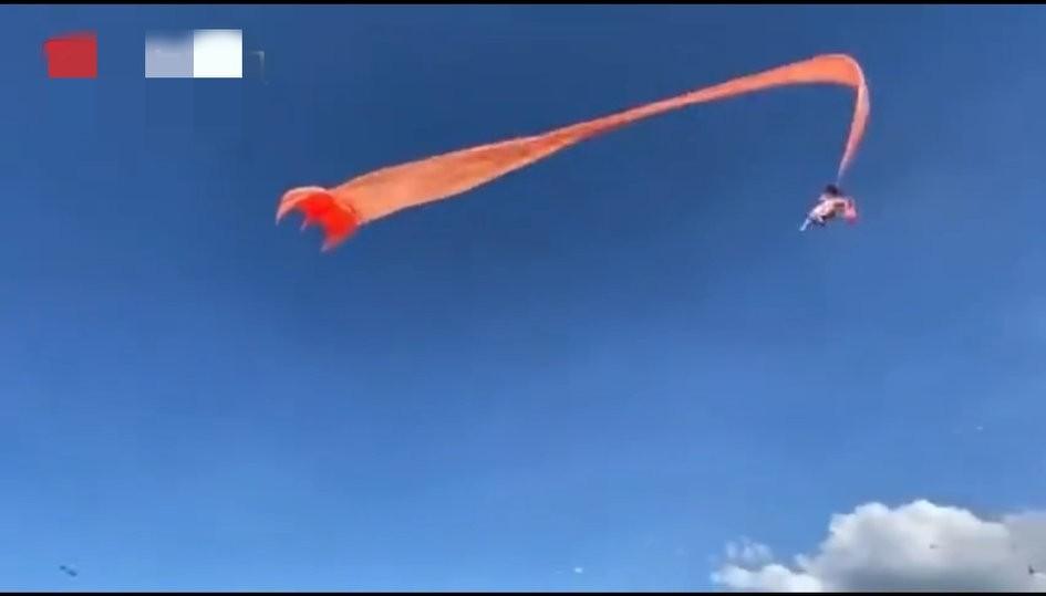 女童被风筝缠卷飞至半空