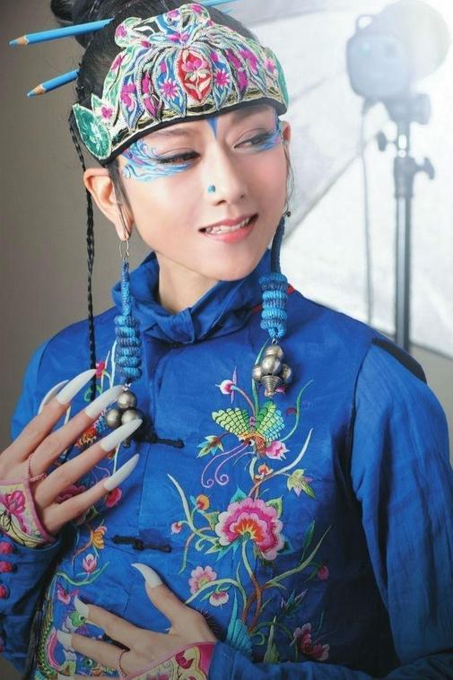杨丽萍时隔9年再登春晚!穿花外套气质脱俗,62岁身材苗条似少女