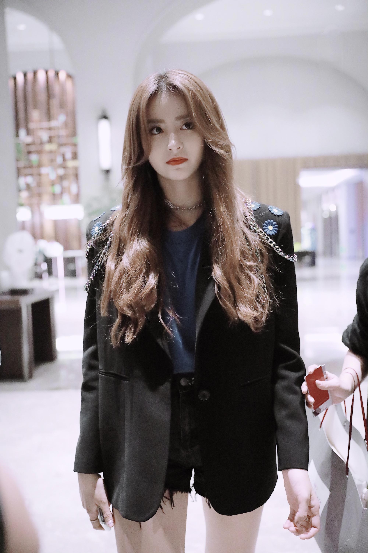 金子涵综艺感十足,今黑色宽松外套配短裤,不愧为超火少女明星