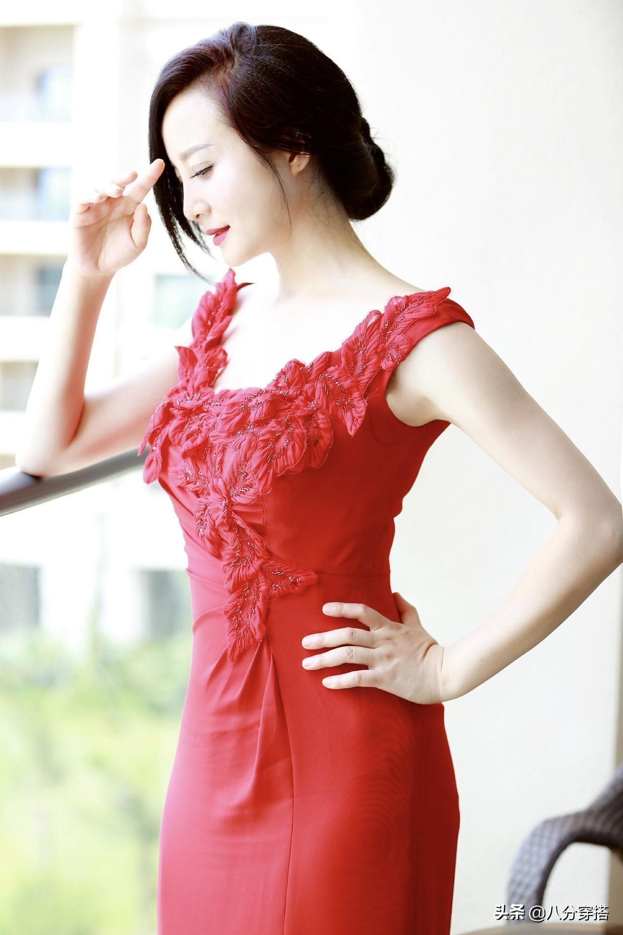 陶红把大红色连衣裙穿得那么美,优雅大气,一般人穿不出来这效果