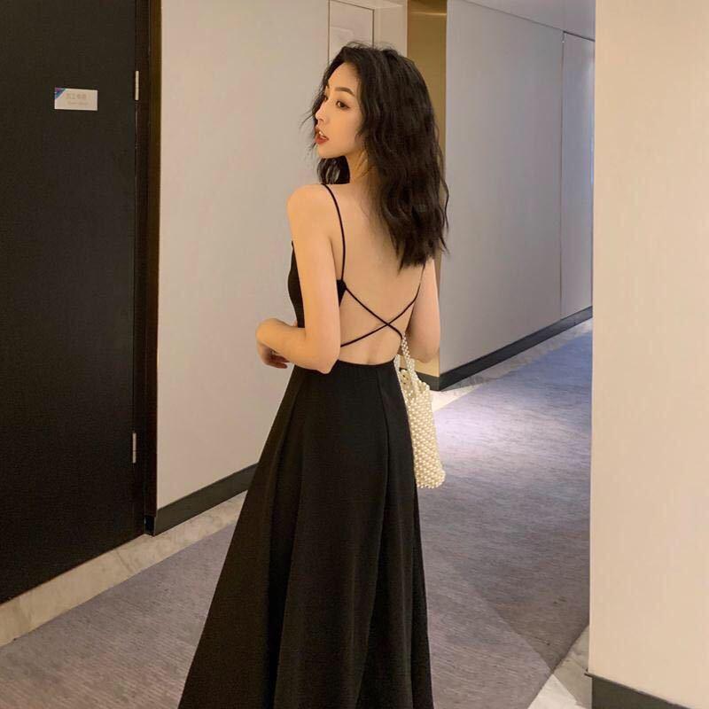 复古的装扮搭配,加上现代风的露背小裙子,不同的元素搭配