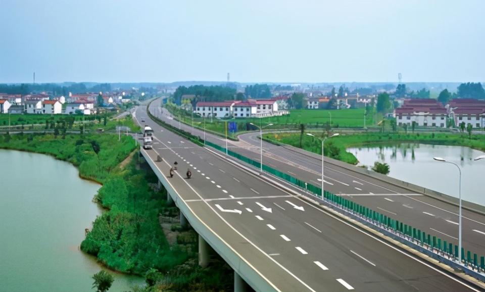 江苏响水县公路站加强春季公路养护 提高服务质量效能