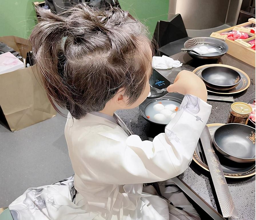 楊穎曬兒子扎小辮吃湯圓,母子過元宵,為與黃曉明同框提前慶生