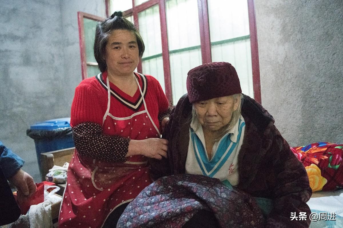 哥嫂去世后,她当着瘫痪10年的婆婆说:该走的不走不该走的走早了
