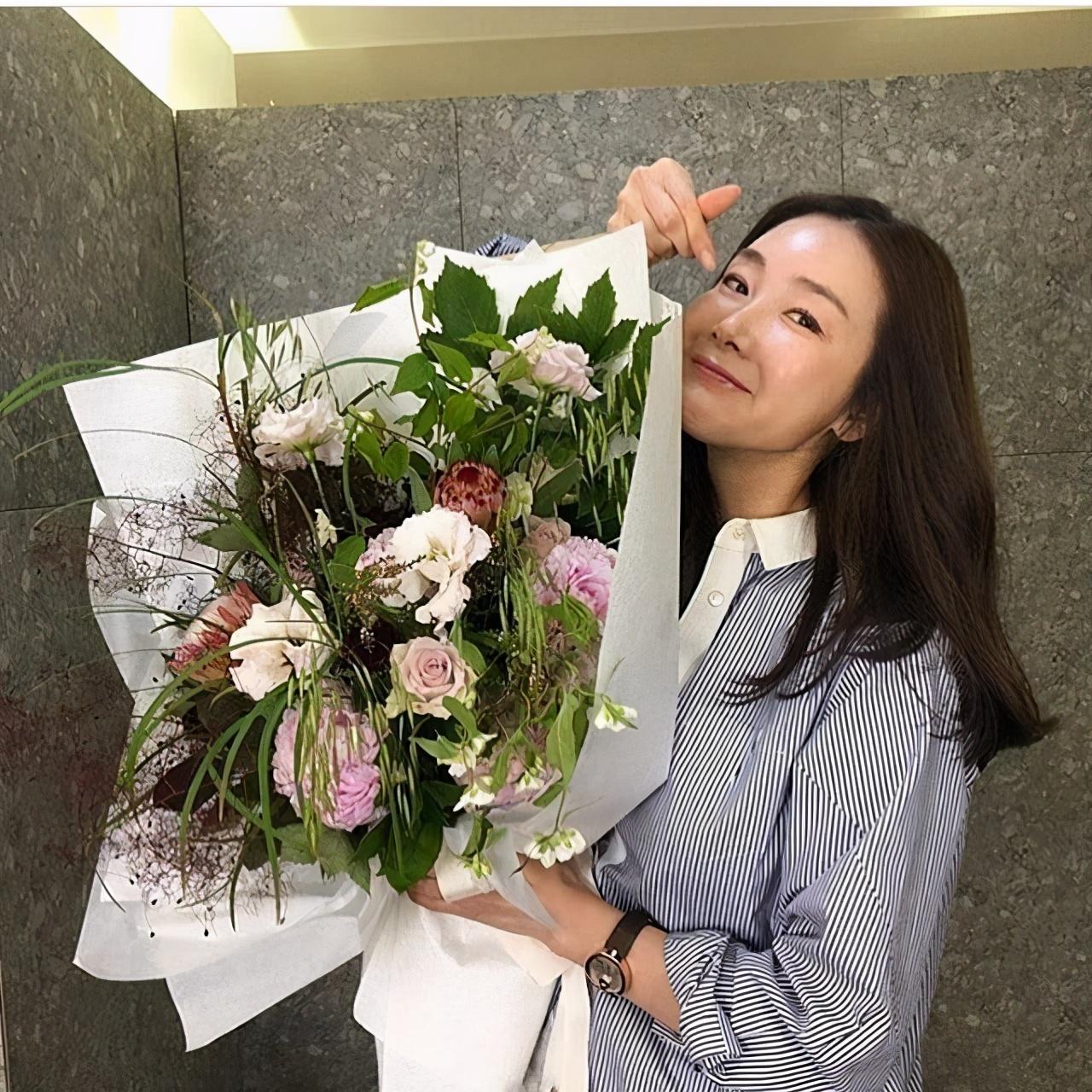 45歲崔智友產後首度露面,抱小嬰兒露慈愛笑容,五官略有變化