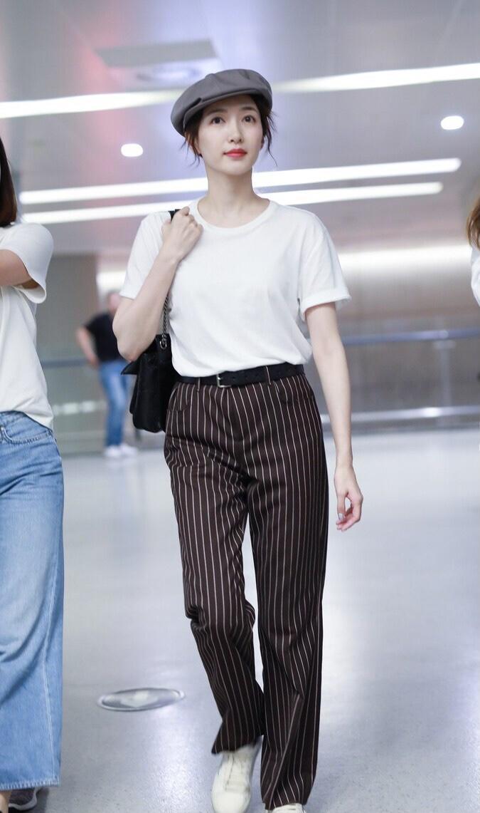 """江疏影穿出了""""白T恤""""的精髓,配条纹阔腿裤随性潇洒"""