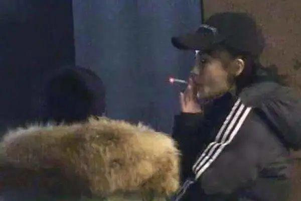 Angelababy被拍和好友结伴抽烟,姿势熟练胜过老烟枪,曾承诺戒烟
