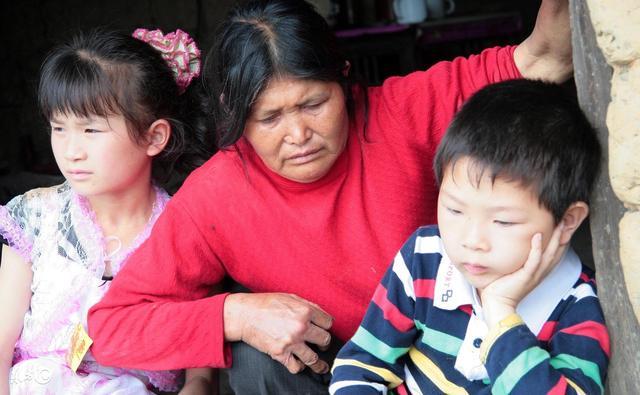 妈妈家暴30岁女儿,却给儿子买了套房,背后原因惹人泪目