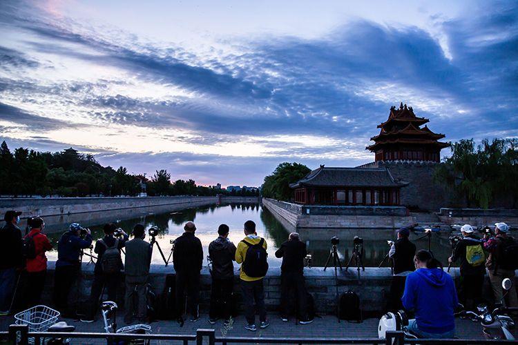 绝美!北京又见朝霞满天,角楼、白塔金光一刻