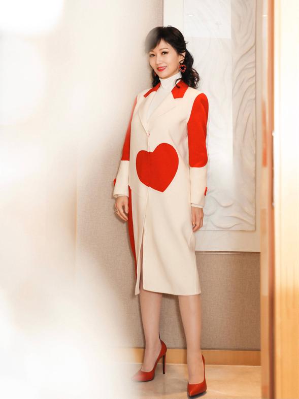 66岁赵雅芝真敢穿,挑战00后穿的薄荷裙真减龄,不像奶奶辈