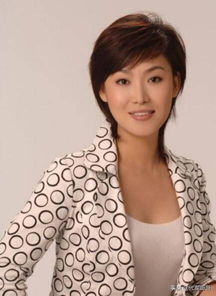她是《新闻联播》新主播,曾经梦想做老师,如今46岁婚恋却成谜