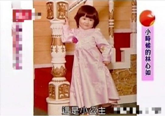 林心如女兒小海豚露面,穿漂亮粉色公主裙,不停往霍建華懷裡鑽