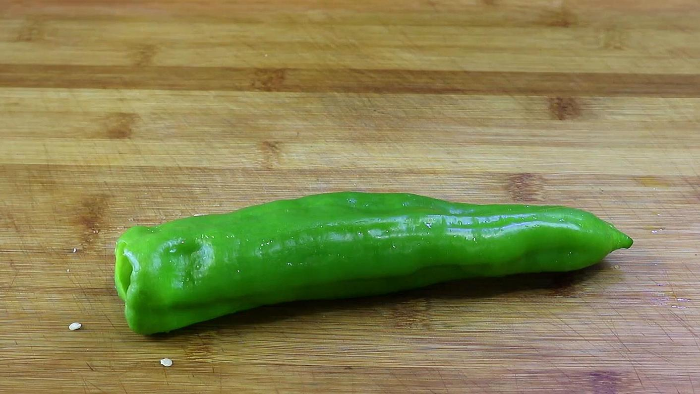 青椒里打入2个鸡蛋,简单一做,比吃大鱼大肉还过瘾 美食做法 第1张