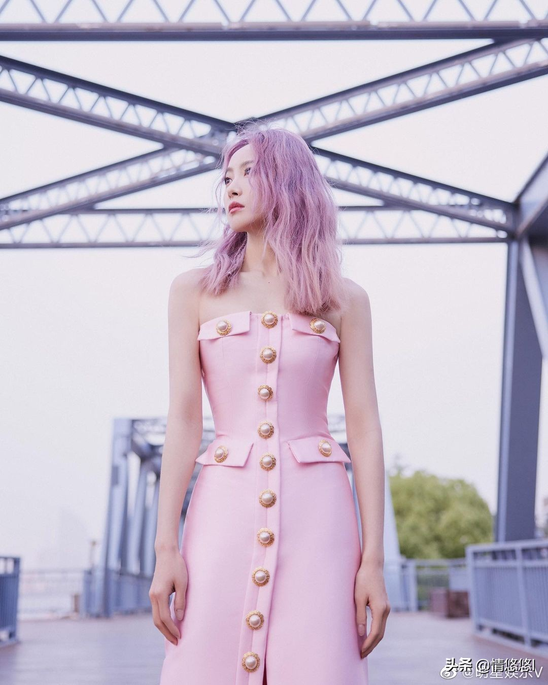 宋茜櫻花粉珍珠抹胸裙搭粉紫漸變發,時尚養眼十足吸睛
