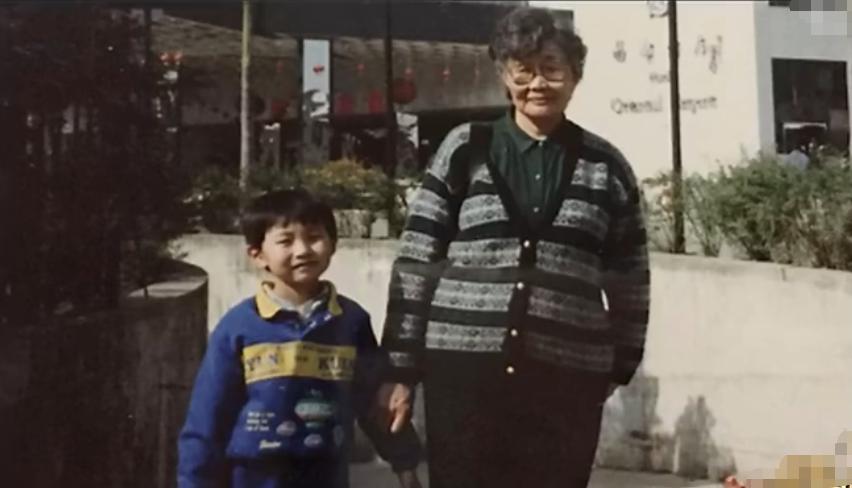 张若昀的跌宕人生,跟着爷爷奶奶长大,连结婚父亲都没有出席