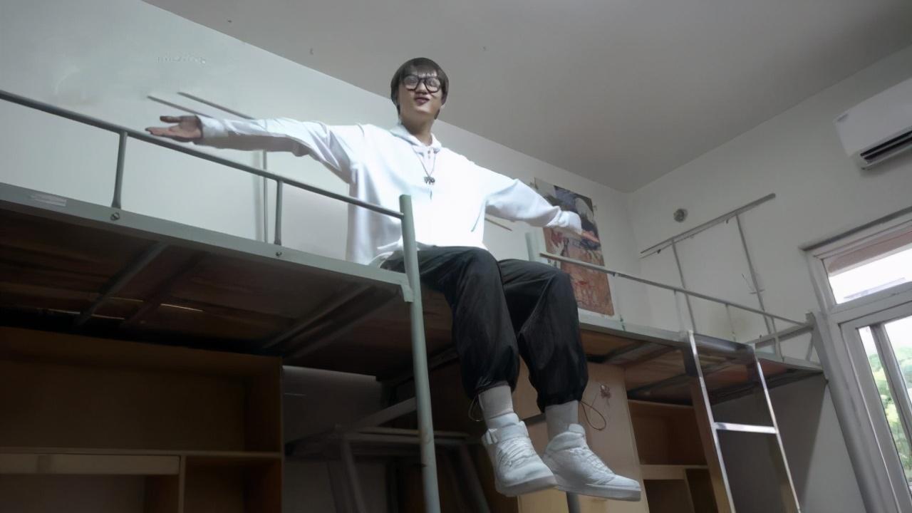 一人睡两床的武汉大一新生,到底是实力豪横,还是学校太暖心?