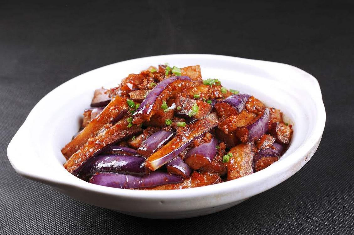 烧茄子时,直接下锅大错特错,多加两步,茄子不油腻不发黑 美食做法 第2张