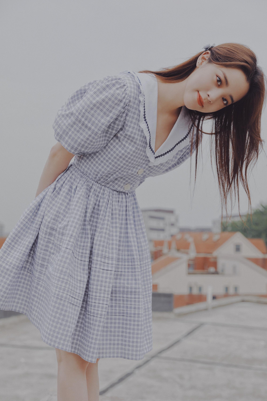 组图-欧阳娜娜校园氛围感写真,穿泡泡袖收腰连衣裙清新的少女感