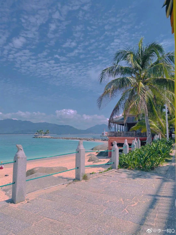 Li Yitong Hainan goes vacationing the beach is illuminated