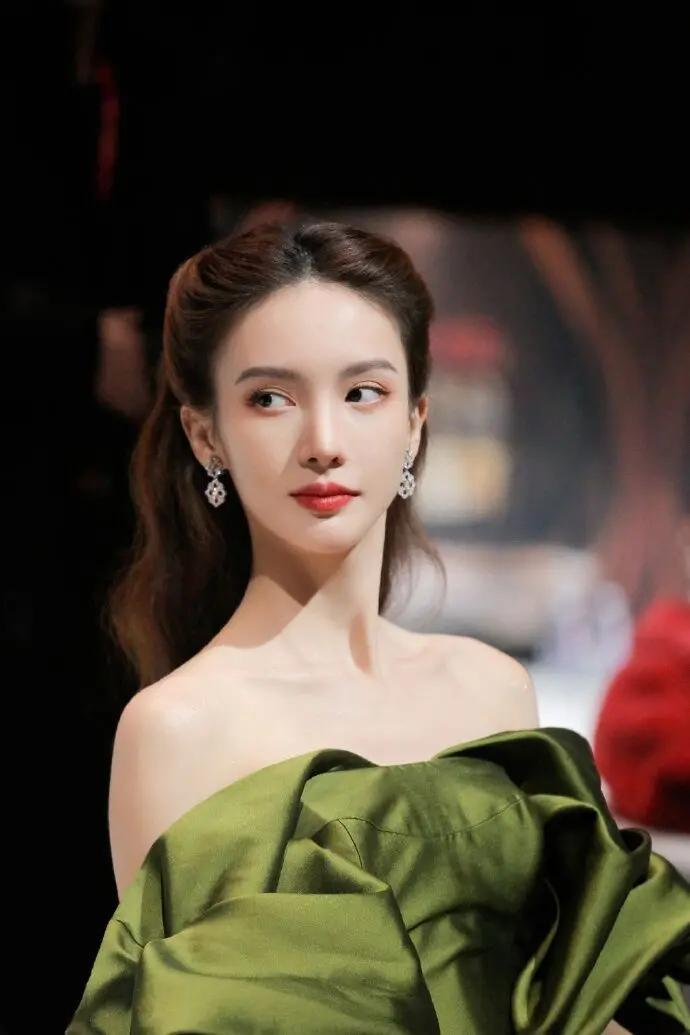 金晨国剧盛典造型美丽优雅  礼服和发型酷似《乱世佳人》郝思嘉