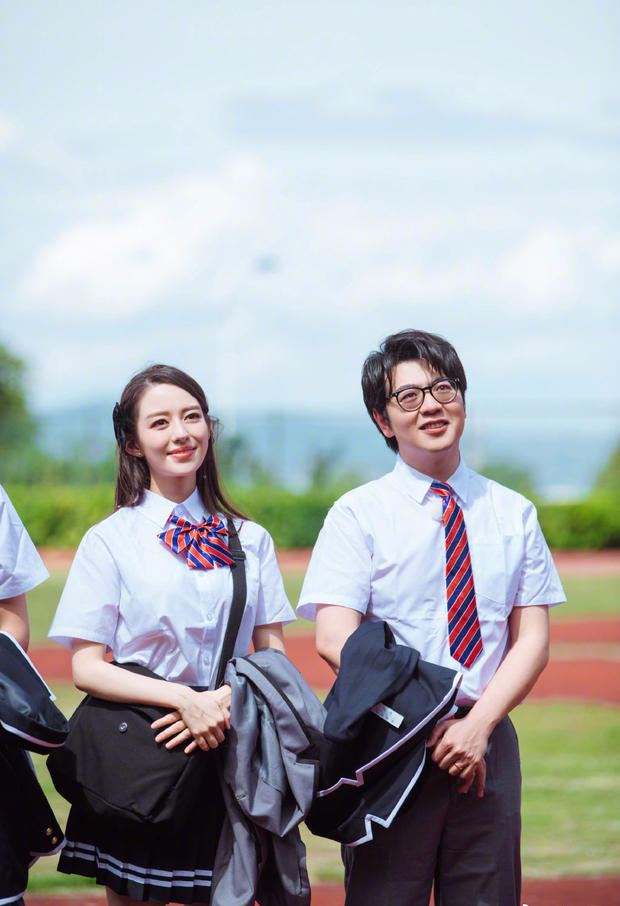 吉娜和郎朗挽手游校园 穿学生制服的她竟如此女神